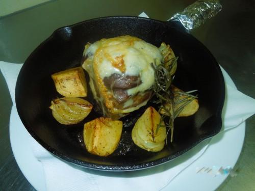 茨城県産秀麗豚 肩ロース肉のロースト キノコとゴルゴンゾーラの網脂包み